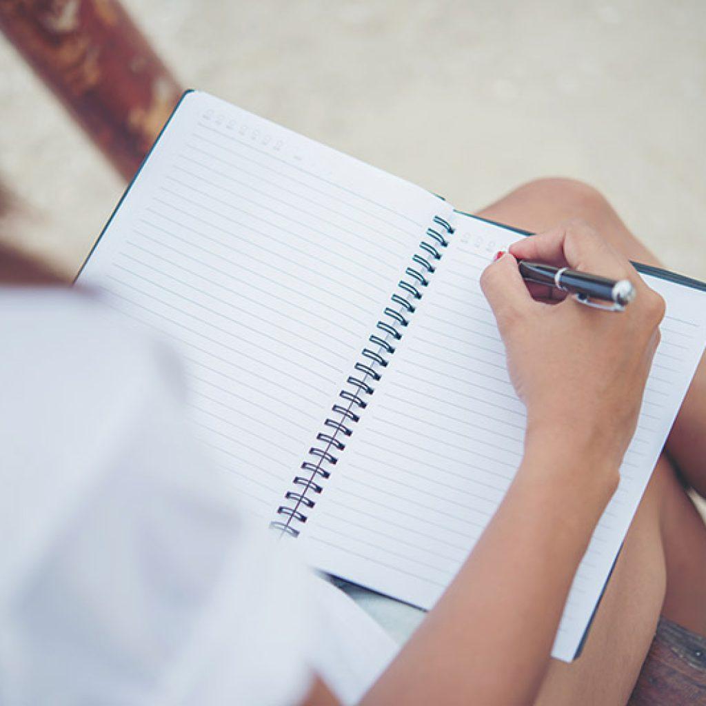 Chica escribiendo - El Pecado Que Mató A Carolina Martín